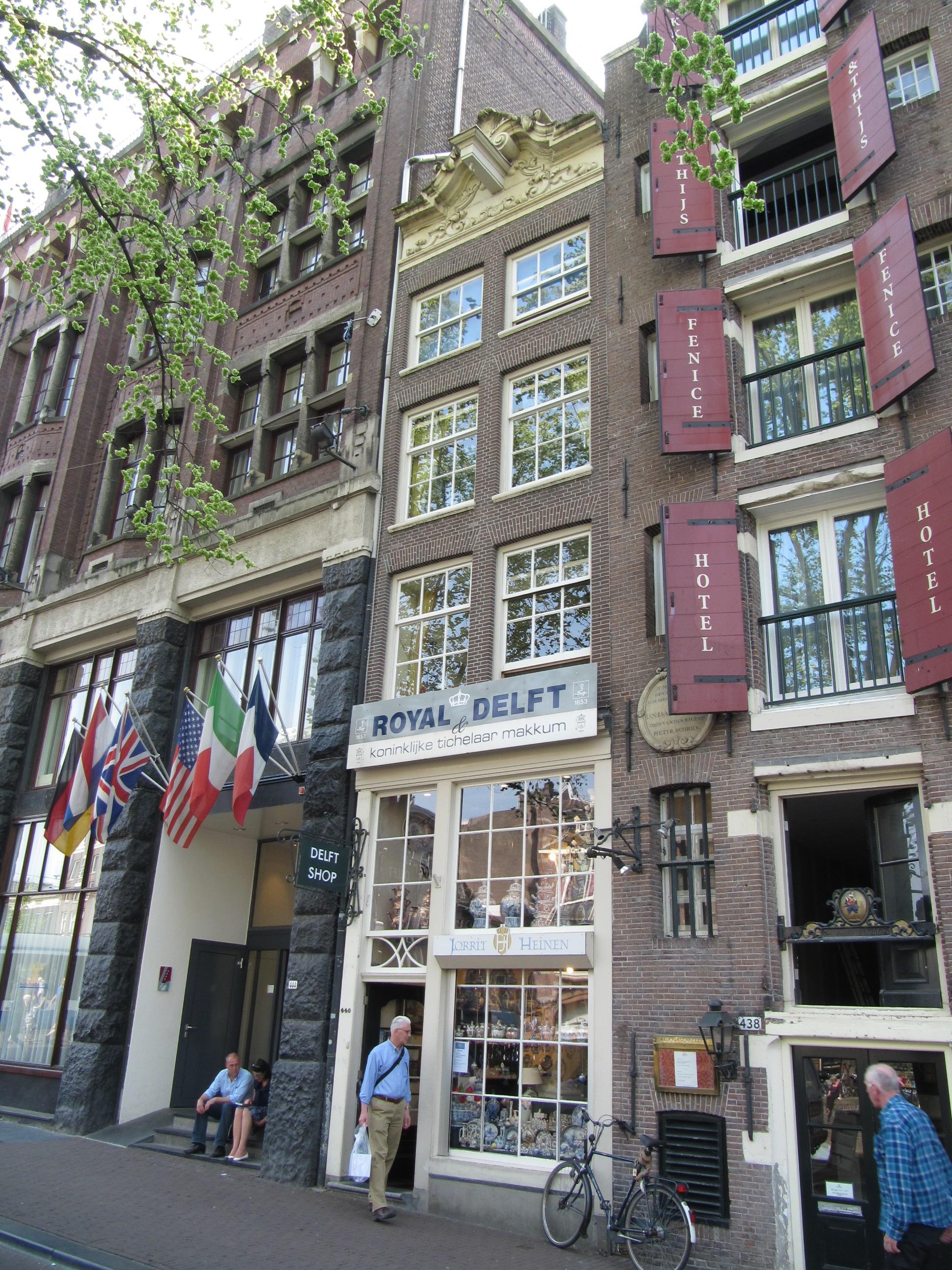 Huis met smalle gevel onder verhoogde lijst in amsterdam for Lijst inrichting huis