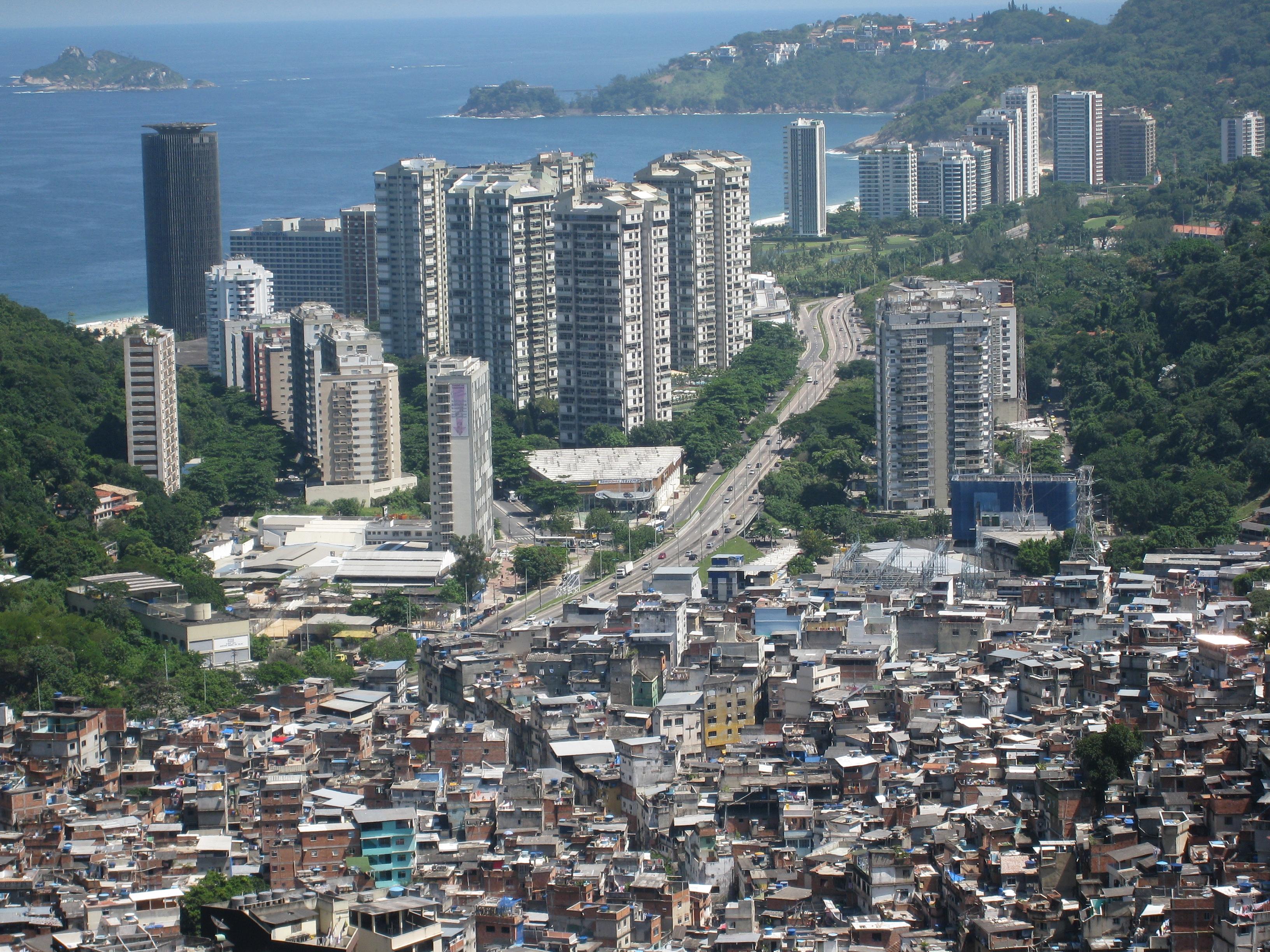Výsledek obrázku pro Kontrast mezi bohatými a chudými – chudinské slumy hned vedle moderních mrakodrapů ,,,