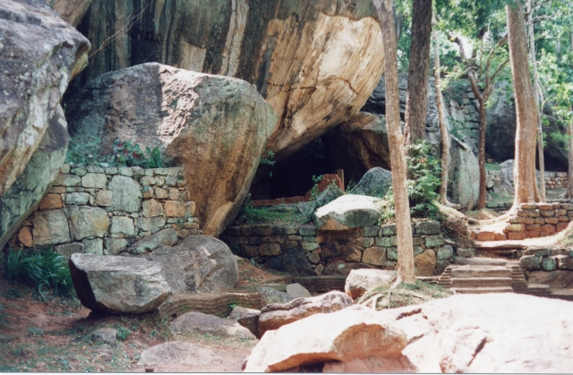 File:Sigiriya monks cell1.jpg