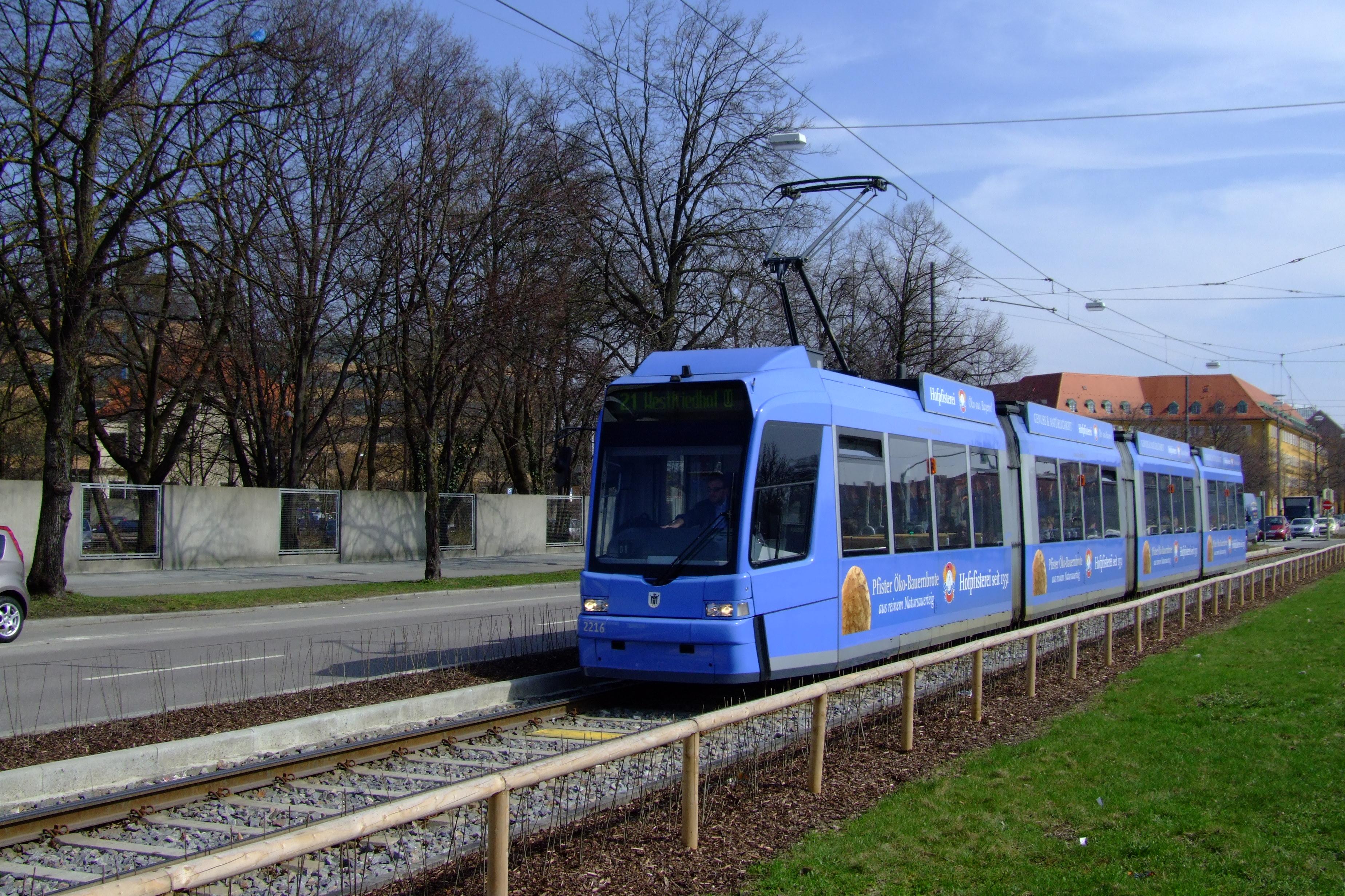 File:Strassenbahn-Muenchen-R3-2216-SWZ.jpg - Wikimedia Commons