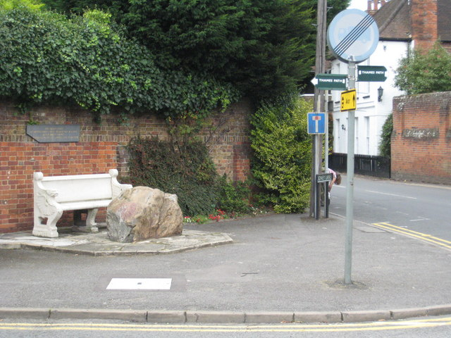 File:The Tarry Stone in Cookham - geograph.org.uk - 958662.jpg