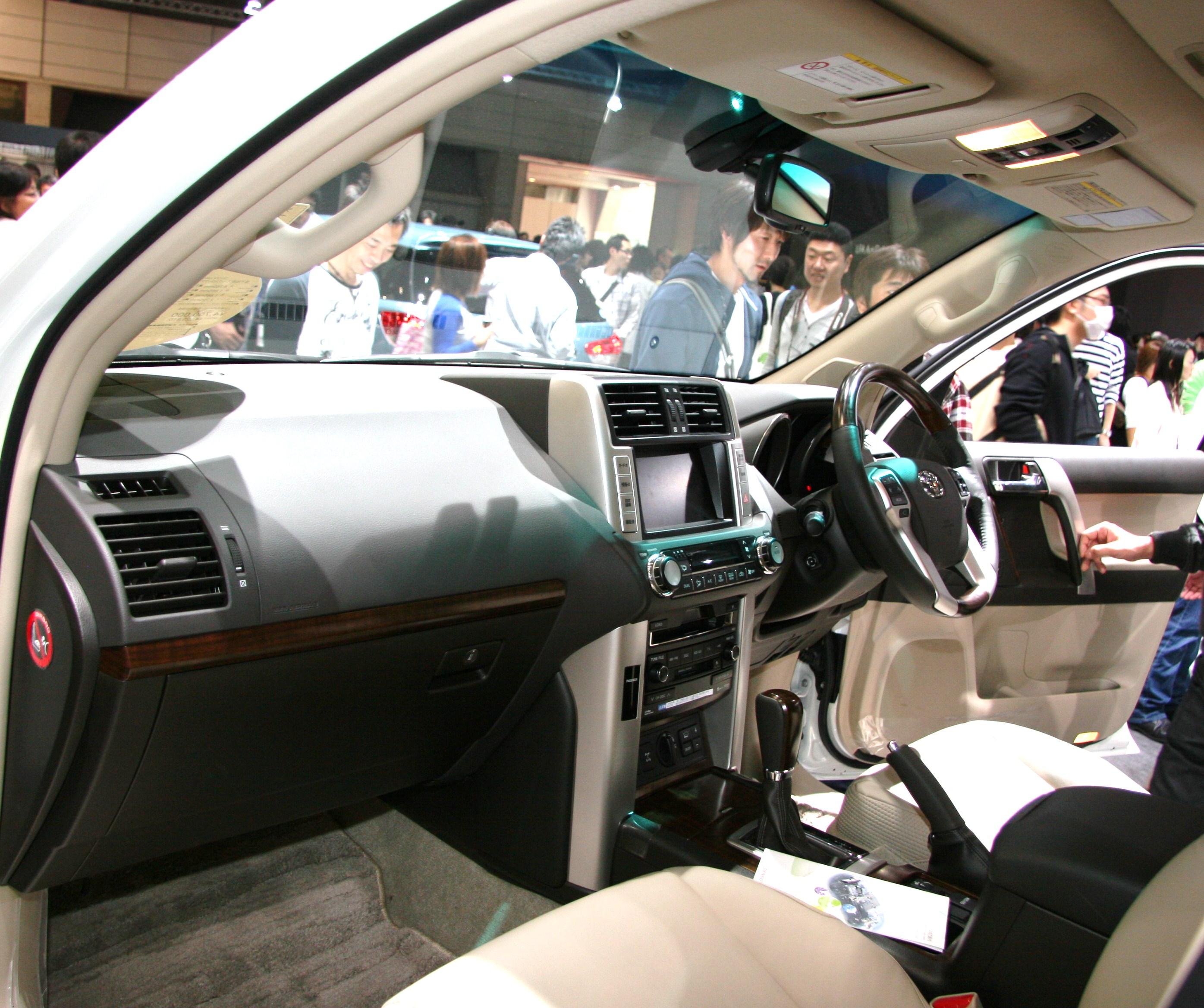 ファイル:Toyota Land Cruiser Prado 150 interior.jpg