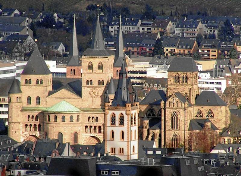 Blick über die Dächer der Altstadt auf Dom St. Peter und Liebfrauenkirche in Trier (Im Vordergrund St. Gangolf)