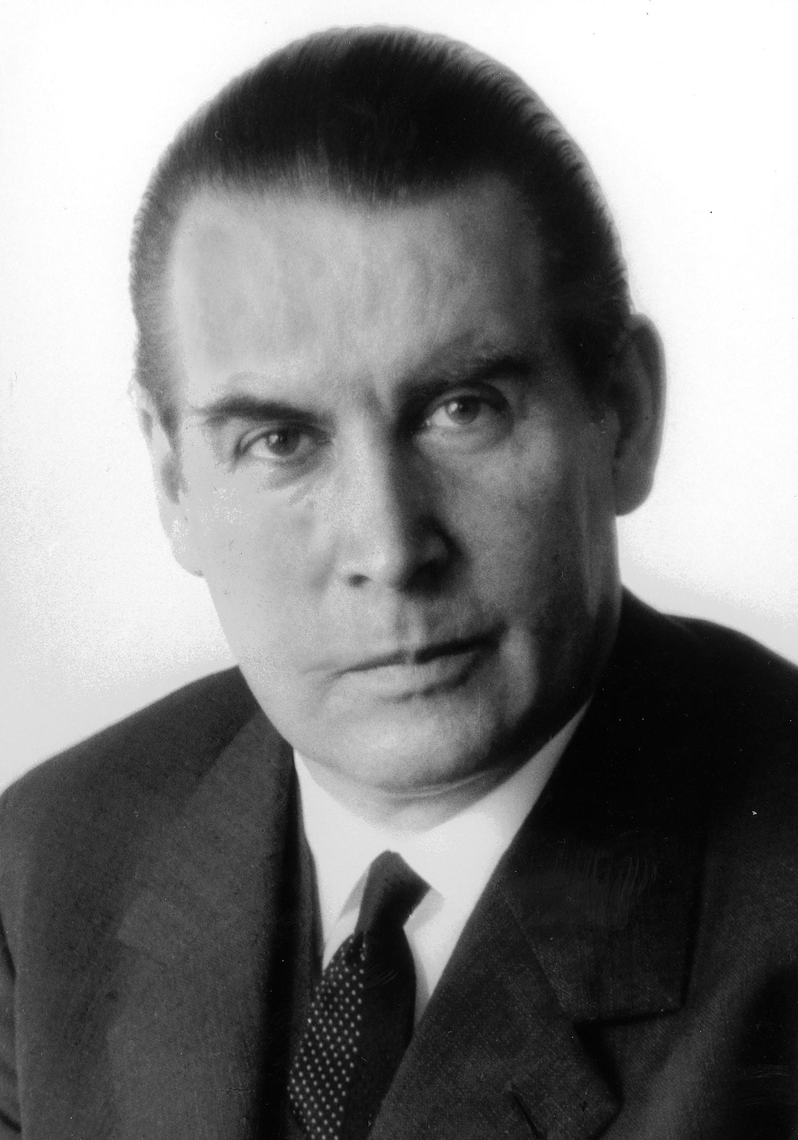 Verteidigungsminister Dr. Gerhard Schröder (4909218775).jpg