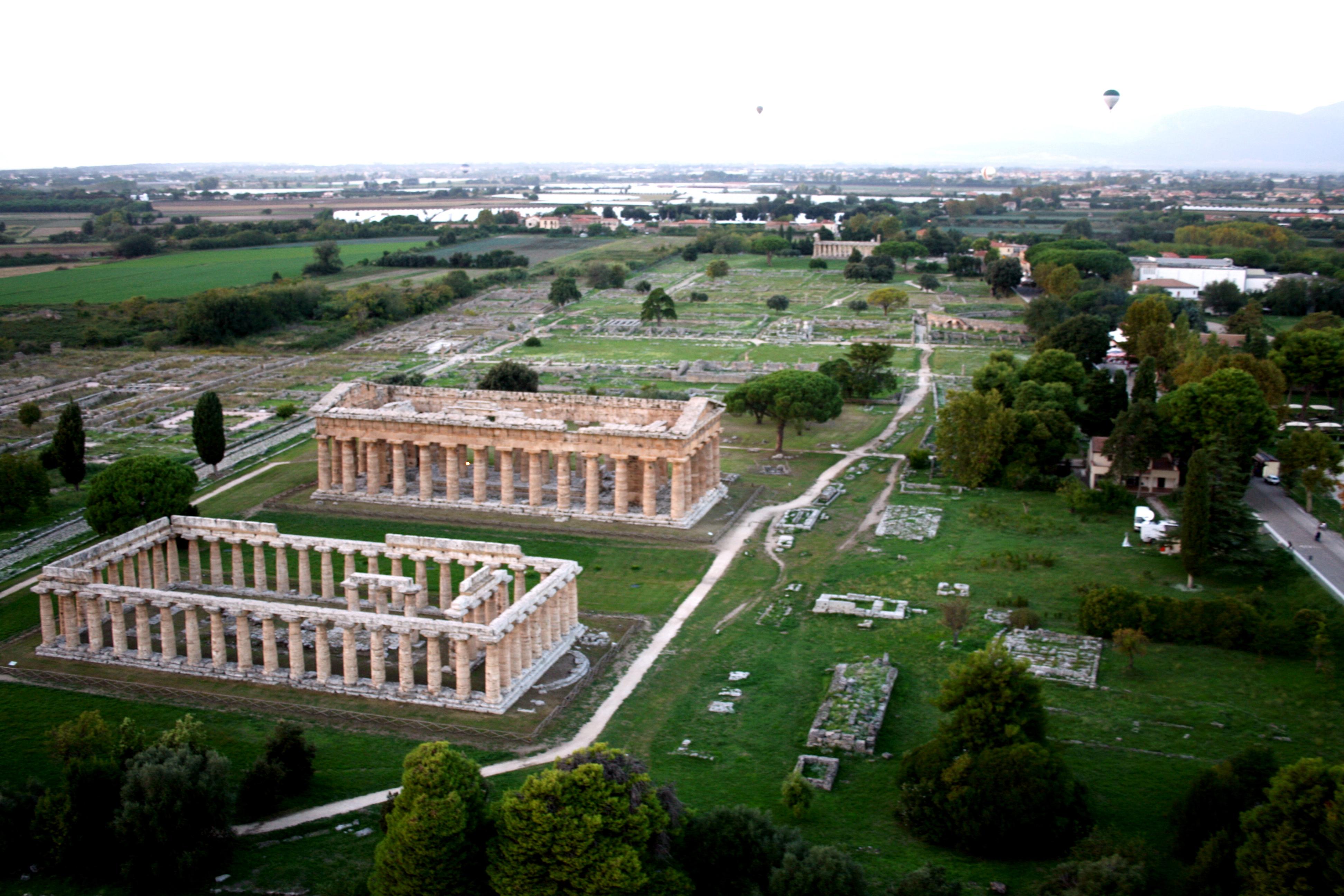 Visione aerea da mongolfiera dei templi di Era e Poseidone.JPG