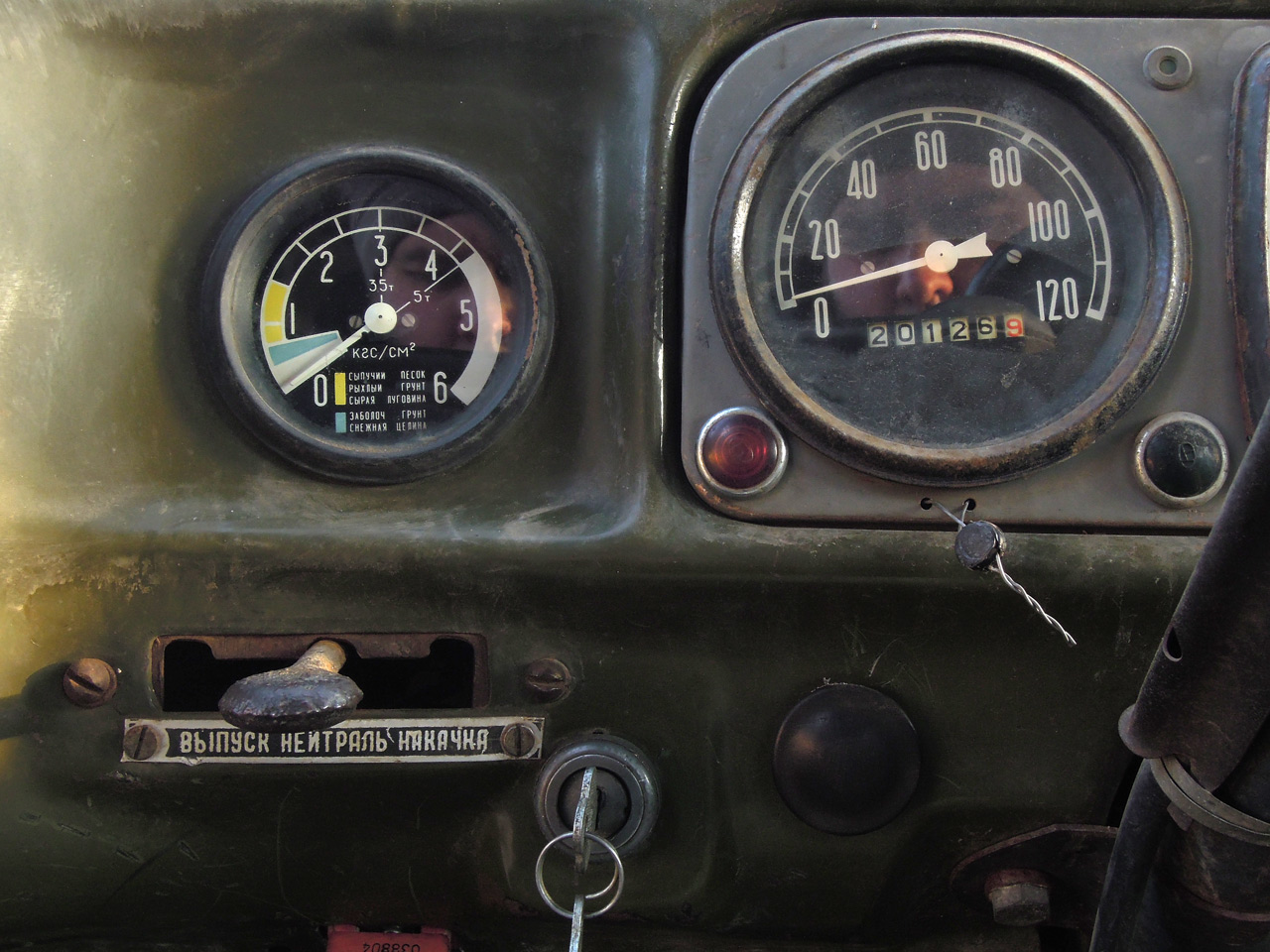File:ZIL-131-tires-manometer-valve-and-speedmeter.jpg - Wikimedia ...