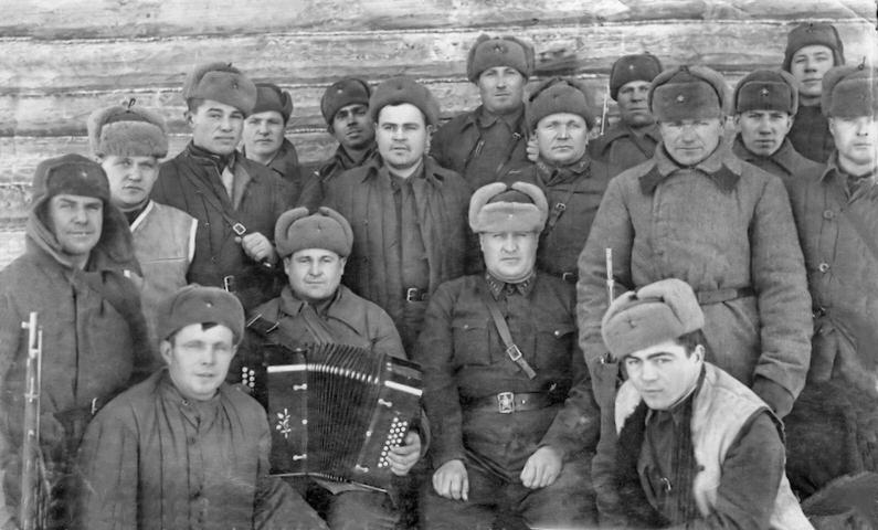 Групповое фото солдат и офицеров 246-й стрелковой дивизии в советской деревне