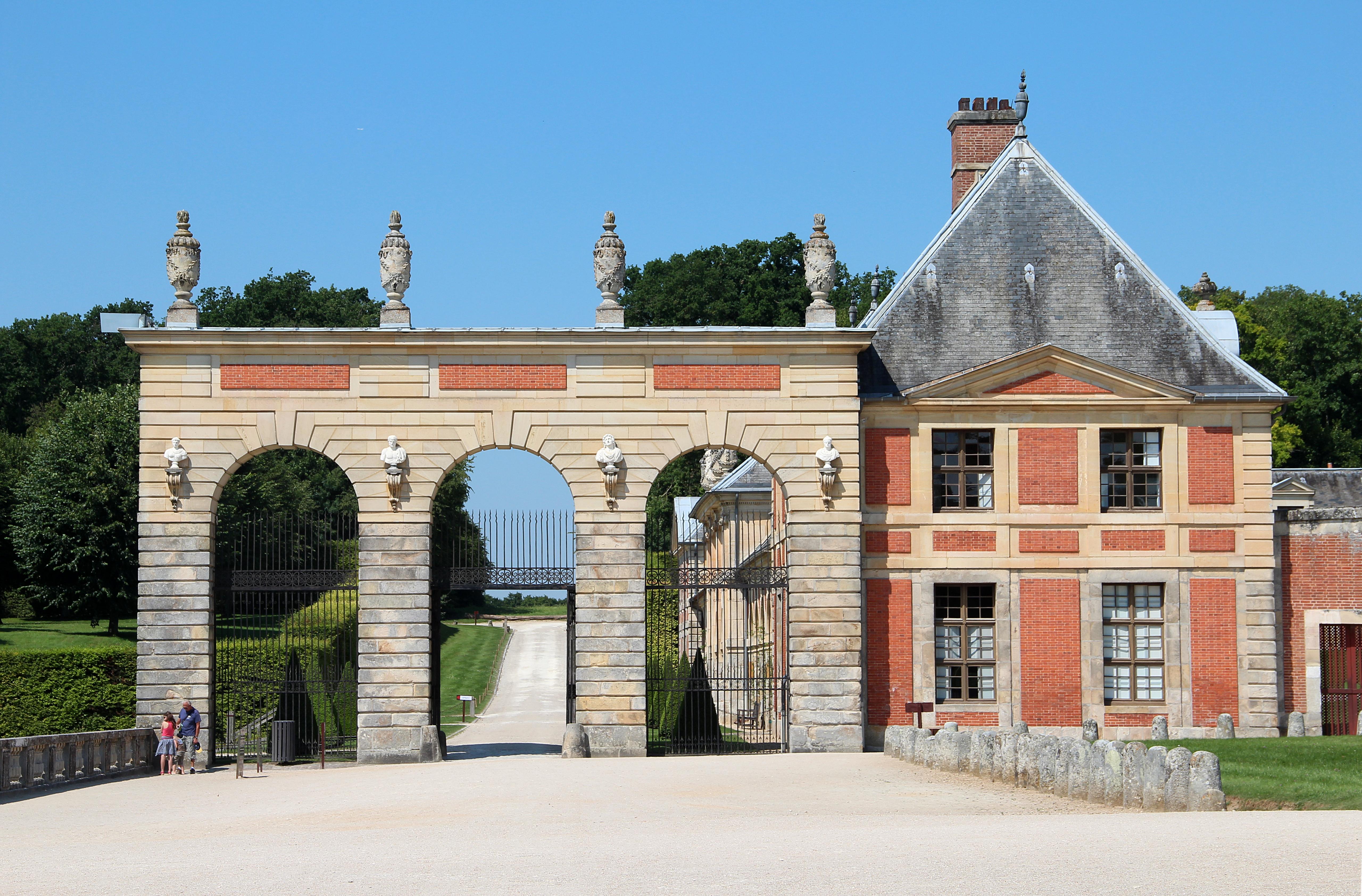 File 0 Portique d acc¨s c´té ouest des jardins du ch¢teau de Vaux