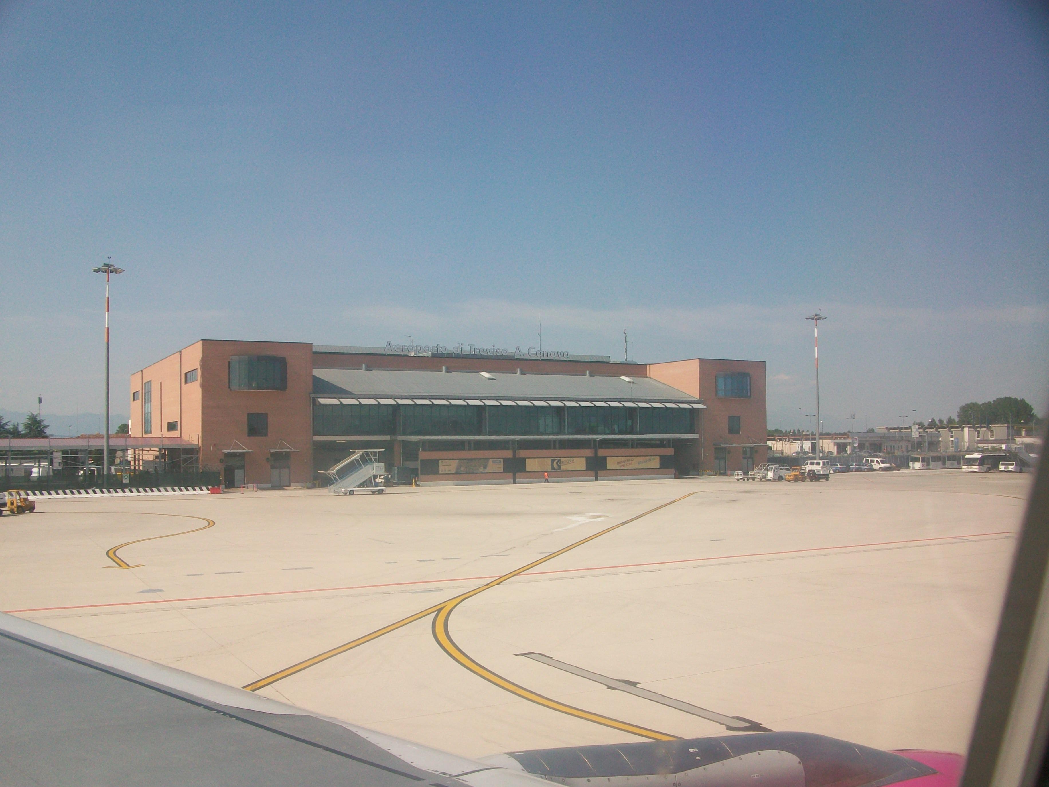 Aeroporto Treviso : File aeroporto di treviso from plane g wikimedia commons