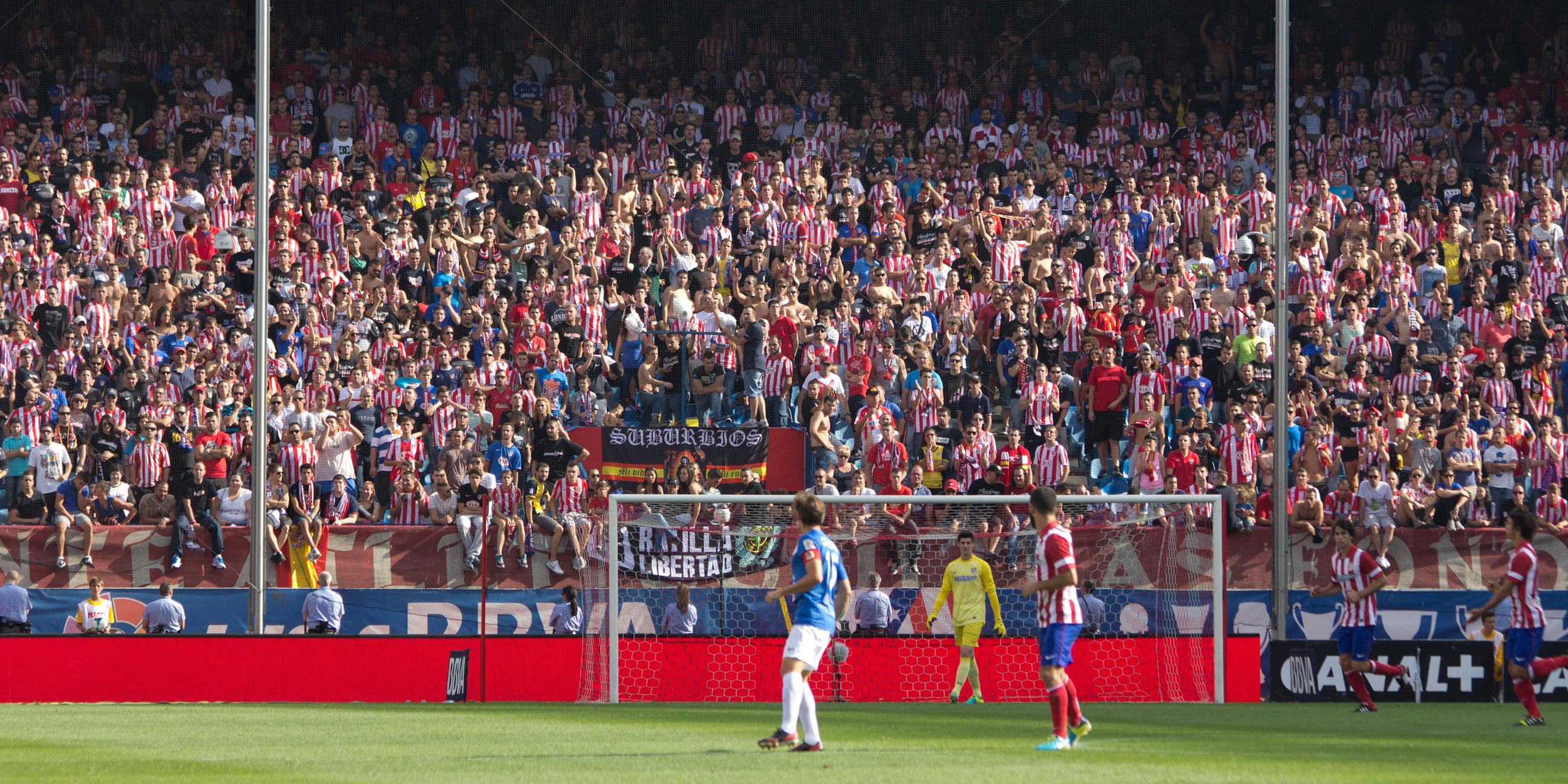 File:Afición del Atlético de Madrid - 01.jpg - Wikimedia Commons