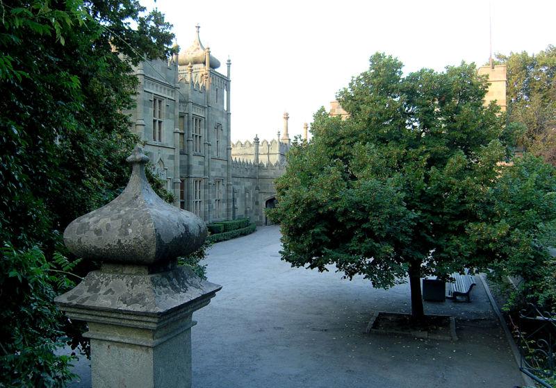http://upload.wikimedia.org/wikipedia/commons/3/39/Alupka_Palace_01.JPG