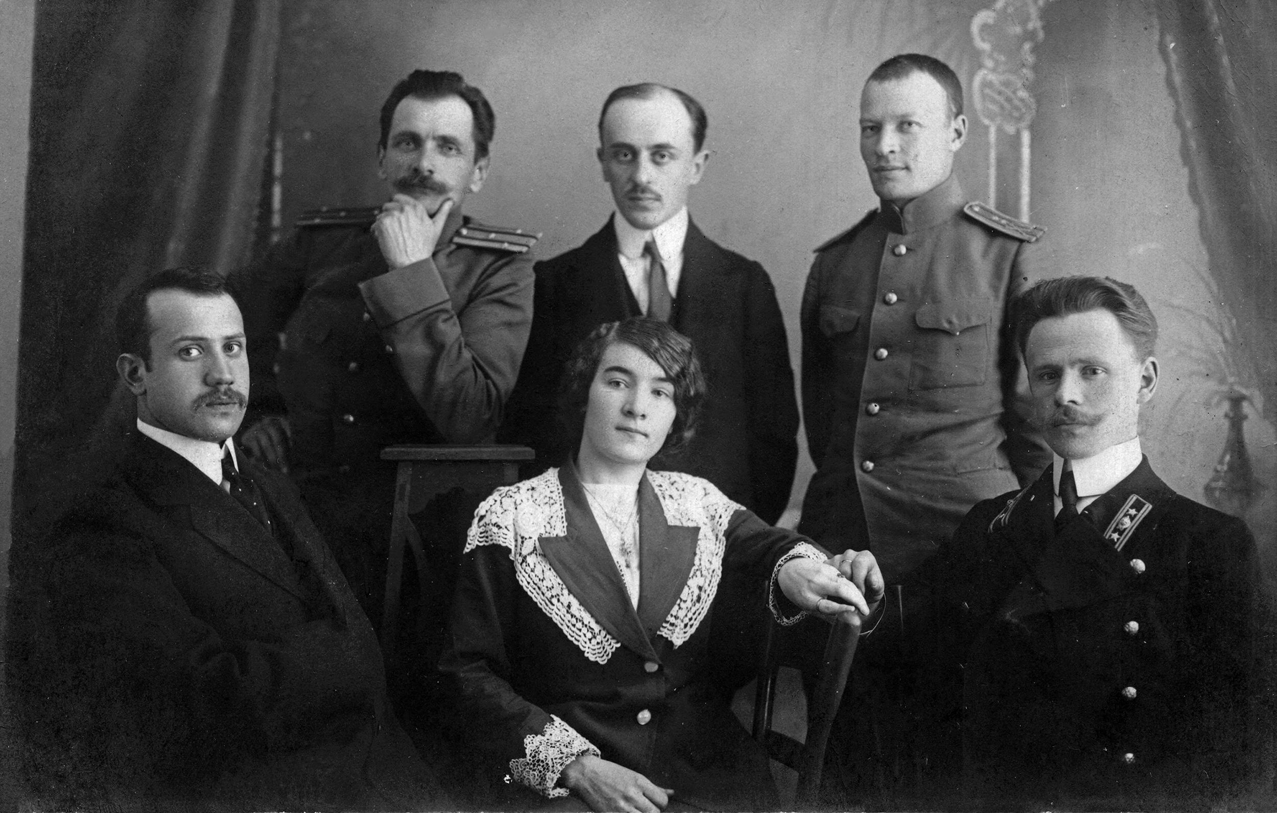 Владимир Арсеньев и члены этнографического кружка. Слева в нижнем ряду — М. К. Азадовский. Хабаровск, 1914 г.