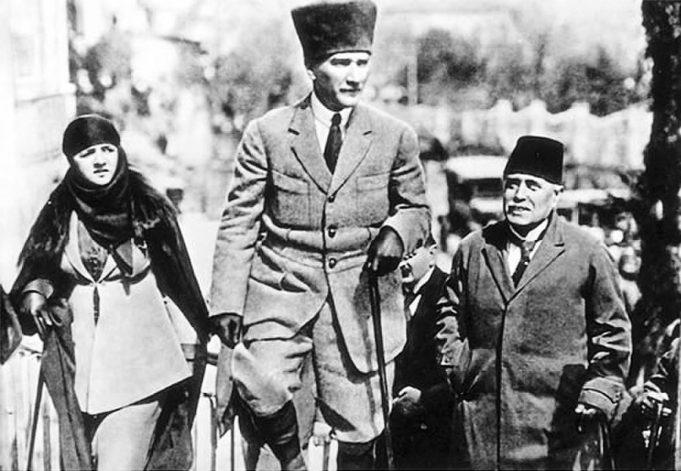 Мустафа Кемаль Ататюрк и его жена Латифе Ушаклыгиль в Адане, 1923