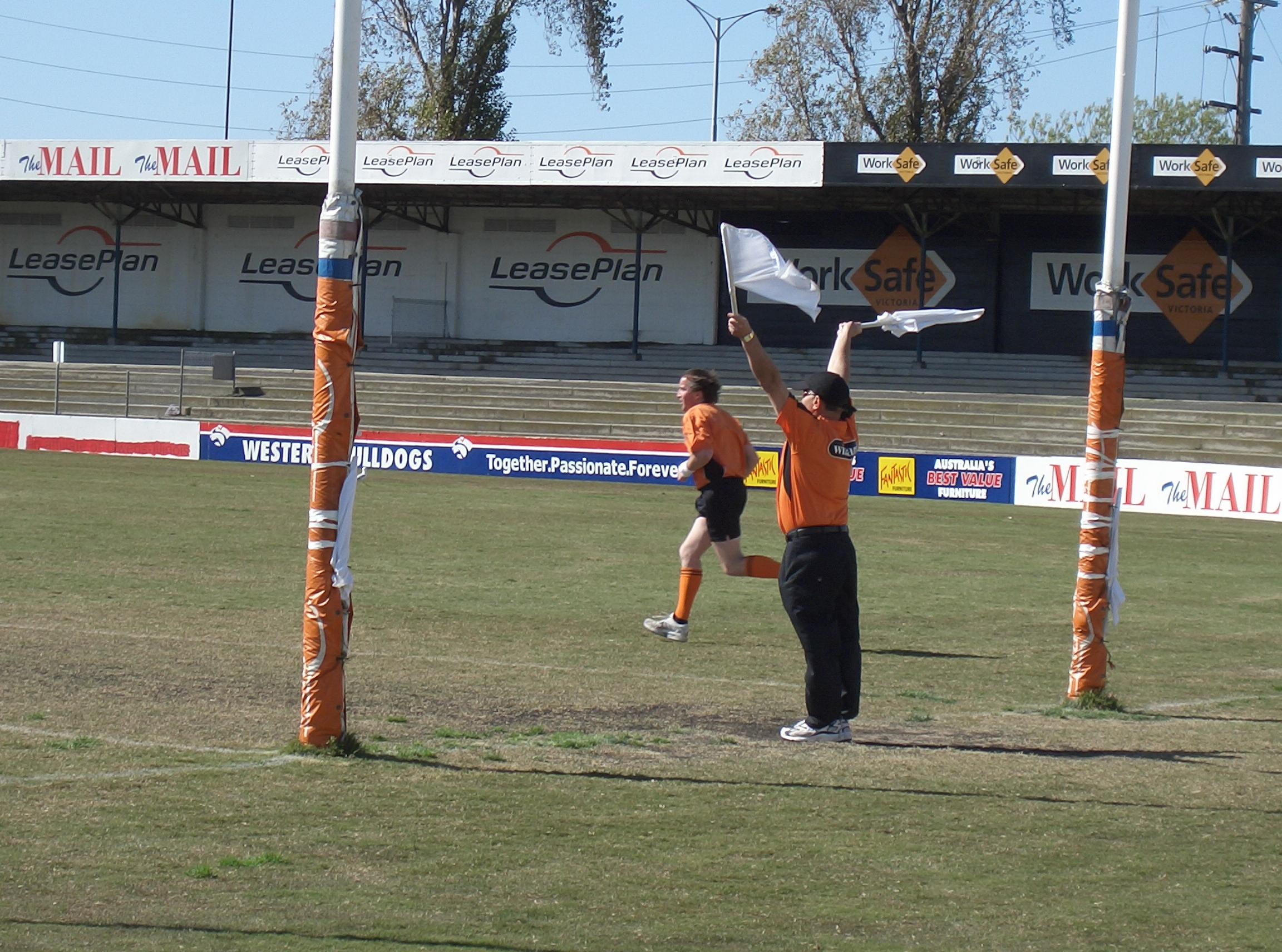 Umpire (Australian rules football) - Wikipedia