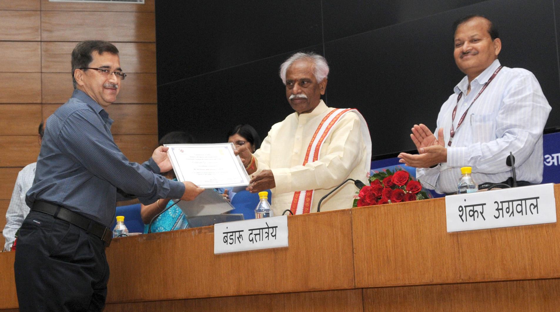 File:Bandaru Dattatreya awarding e-certificates from the