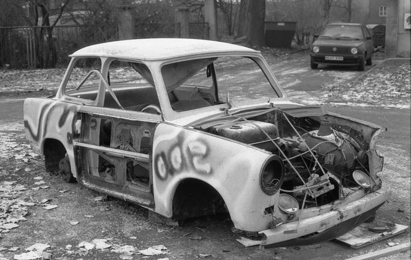 Bundesarchiv B 145 Bild-F086568-0046, Leipzig, ausgeschlachteter PKW Trabant (Trabbi).jpg