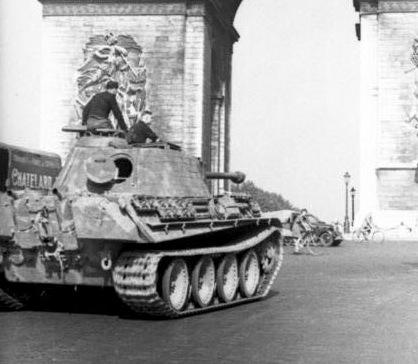 Bundesarchiv Bild 101I-721-0395-26, Paris, Panzer V (Panther) vor Arc de Triomphe.2