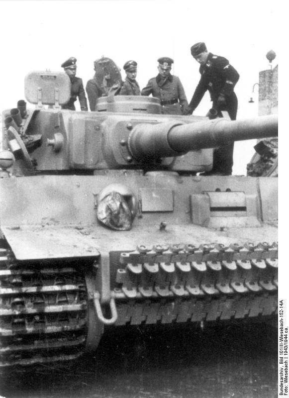 Guderian inspecting a Tiger I