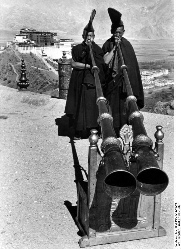 Bundesarchiv_Bild_135-S-14-22-21%2C_Tibetexpedition%2C_M%C3%B6nche_blasen_Tuben.jpg
