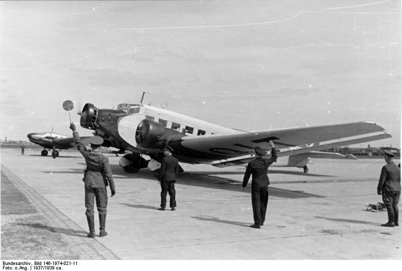 Bundesarchiv Bild 146-1974-021-11, Flughafen München, Junkers Ju 52