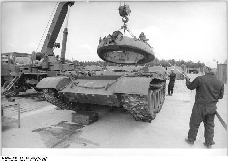 Bundesarchiv Bild 183-1989-0621-029, Kreis Görlitz, Verschrottung von Panzern T 55A