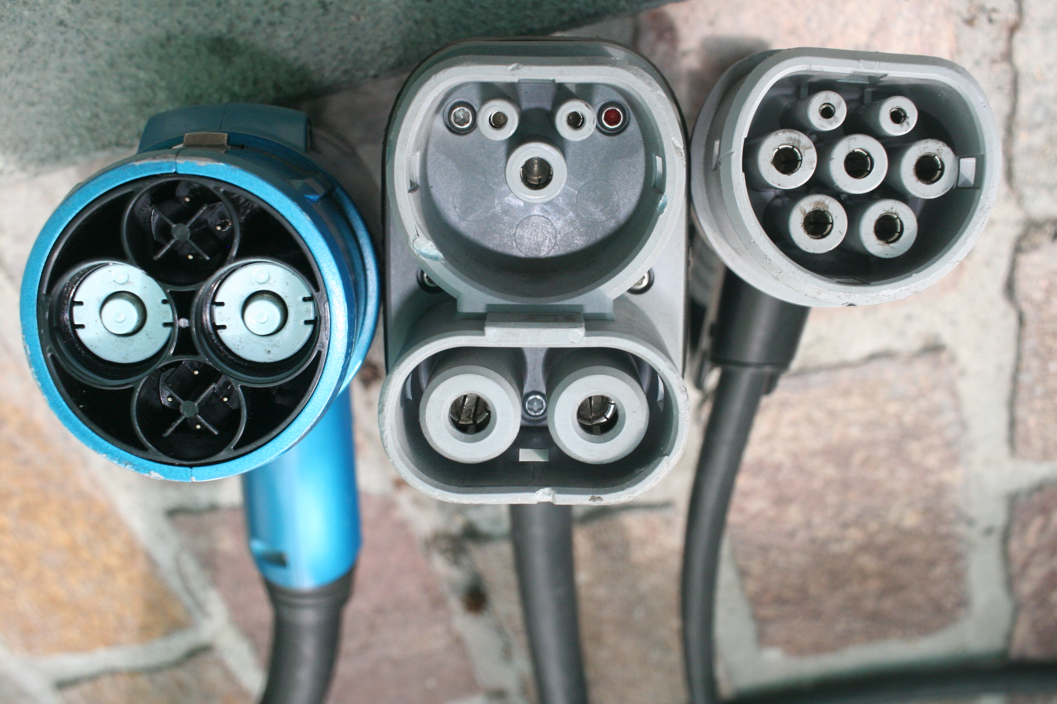 File:Chademo-combo2-iec-type-2-connectors-side-by-side.jpg - Wikimedia  Commons