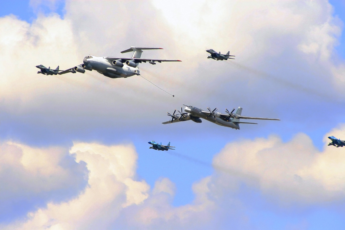 https://upload.wikimedia.org/wikipedia/commons/3/39/Il-76_and_Tu-95_over_Moscow_on_Victory_Day_Parade.jpg?uselang=ru