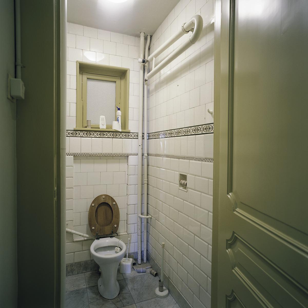 File:Interieur, overzicht van een toilet op de begane grond ...