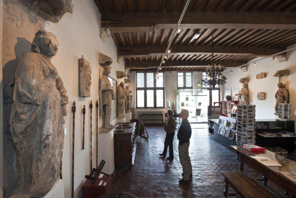 File interieur overzicht zaal met beelden afkomstig van for Interieur 806