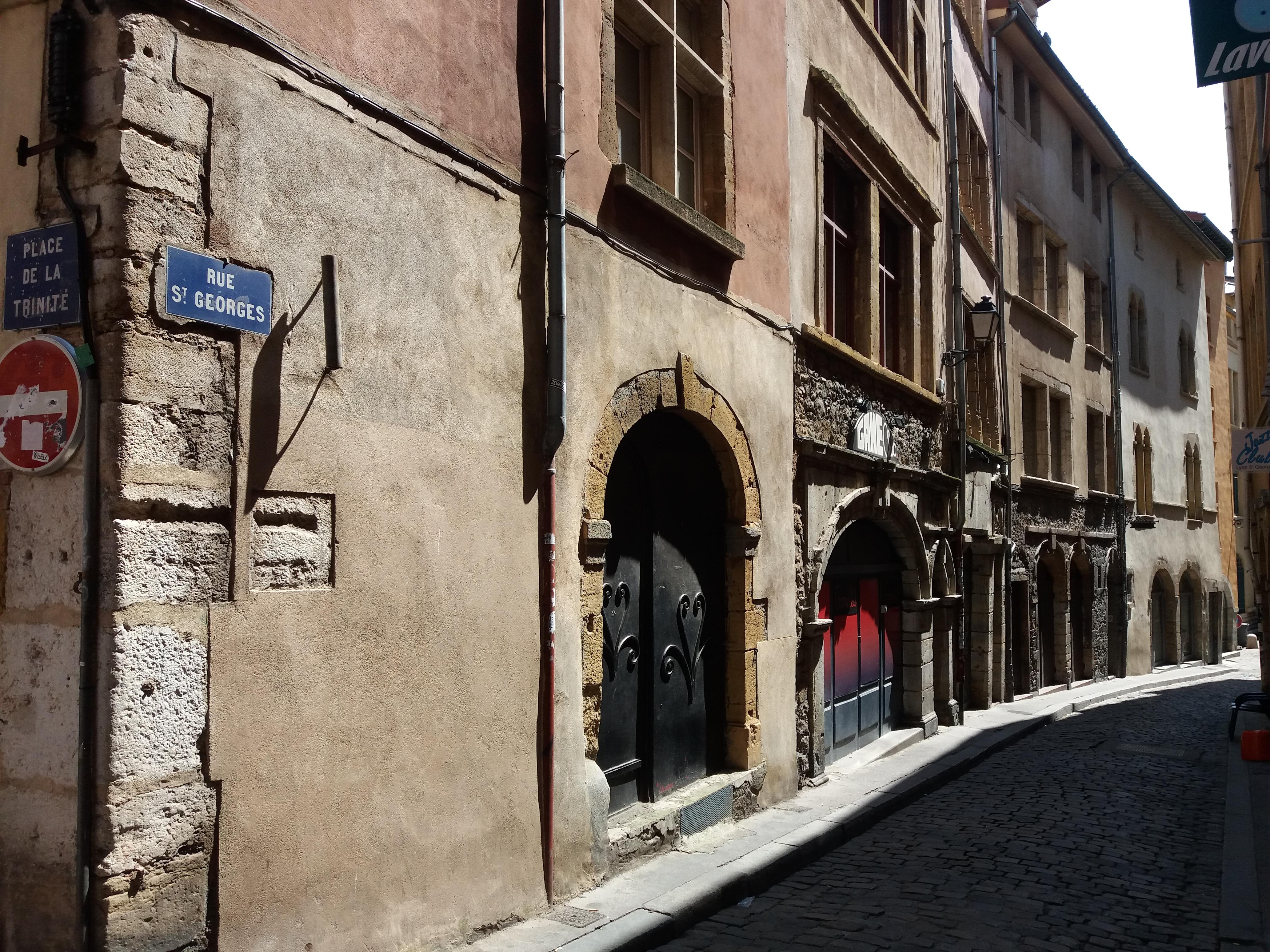ea2374d0e50 File Lyon 5e - Début de la rue Saint-Georges.jpg - Wikimedia Commons