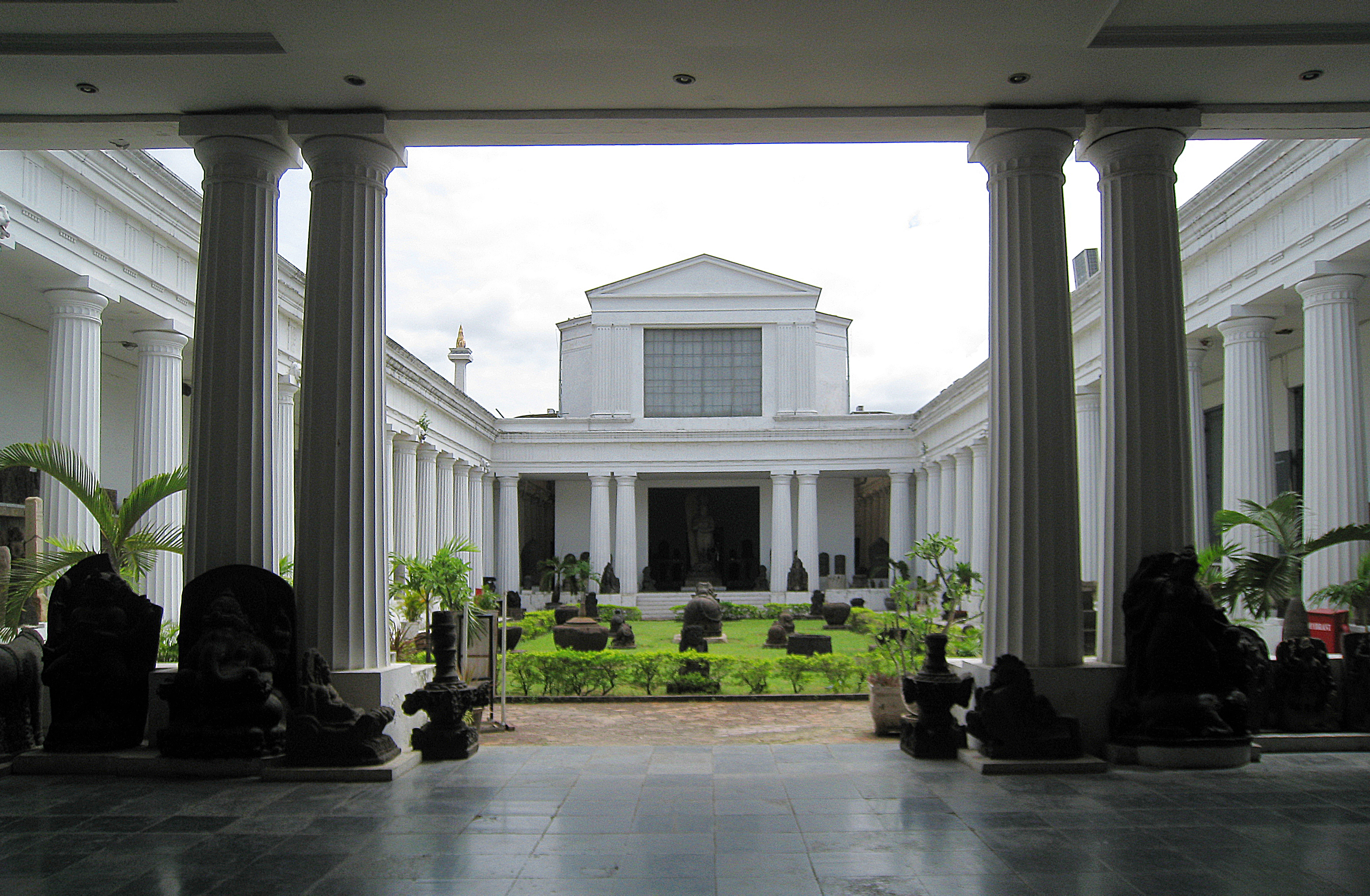 https://upload.wikimedia.org/wikipedia/commons/3/39/Museum_Nasional_Courtyard.jpg