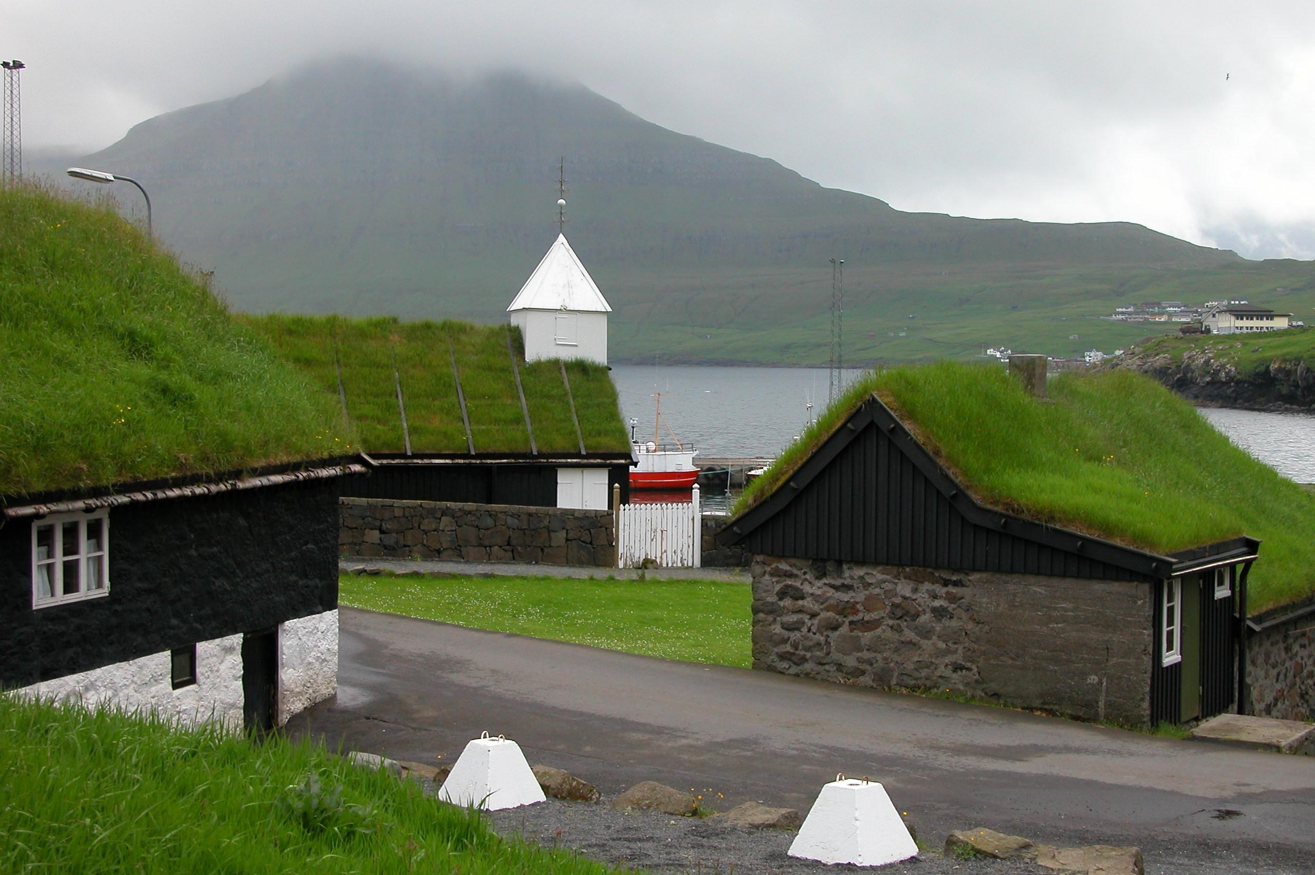 constructions traditionnelles aux toits enherbés à Norðragøta sur l'île d ' Eysturoy aux Féroé