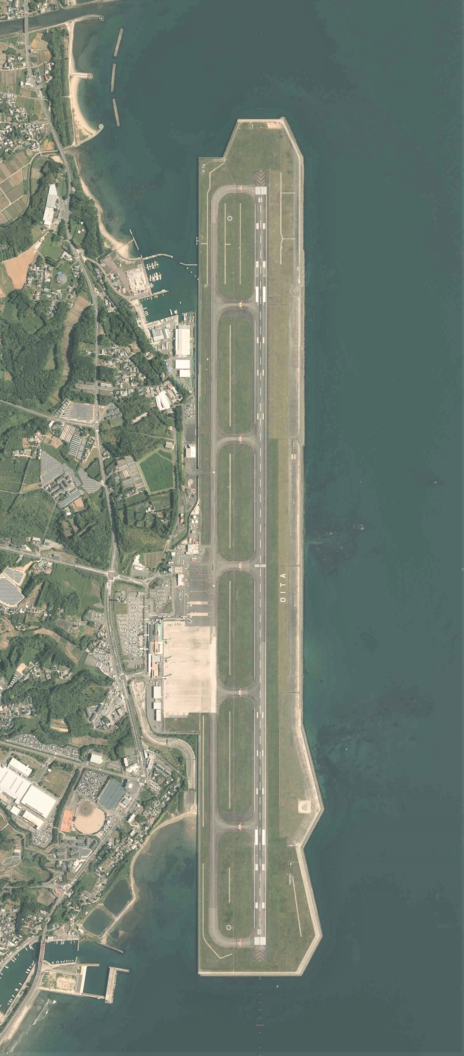 https://upload.wikimedia.org/wikipedia/commons/3/39/Oita_Airport_Aerial_photograph.2015.jpg