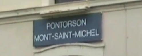 Panneau sur le bâtiment voyageurs de la  gare de Pontorson - Mont-Saint-Michel  (capture d'écran d'une vidéo)