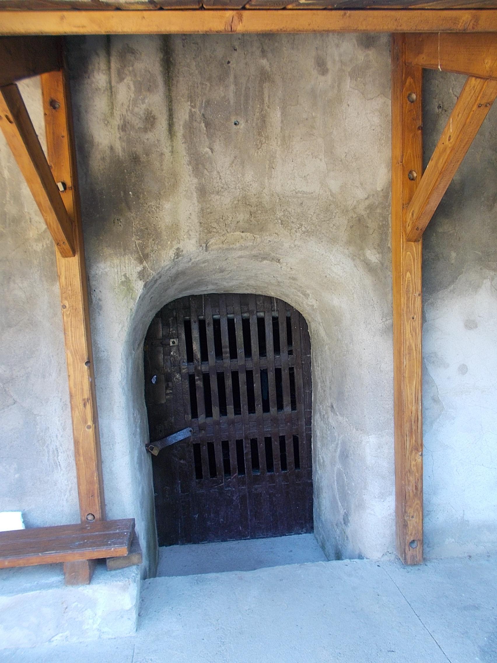 FileRózsa völgy wine cellar barred door in Eger 2016 Hungary.jpg & File:Rózsa völgy wine cellar barred door in Eger 2016 Hungary.jpg ...