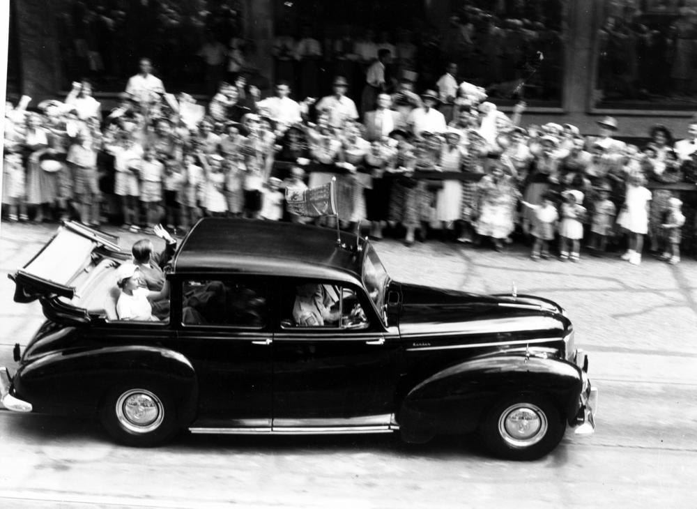 File:StateLibQld 1 213884 Queen Elizabeth II and Prince Philip wave ...