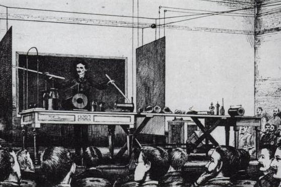 Nella foto: una dimostrazione di Nikola Tesla