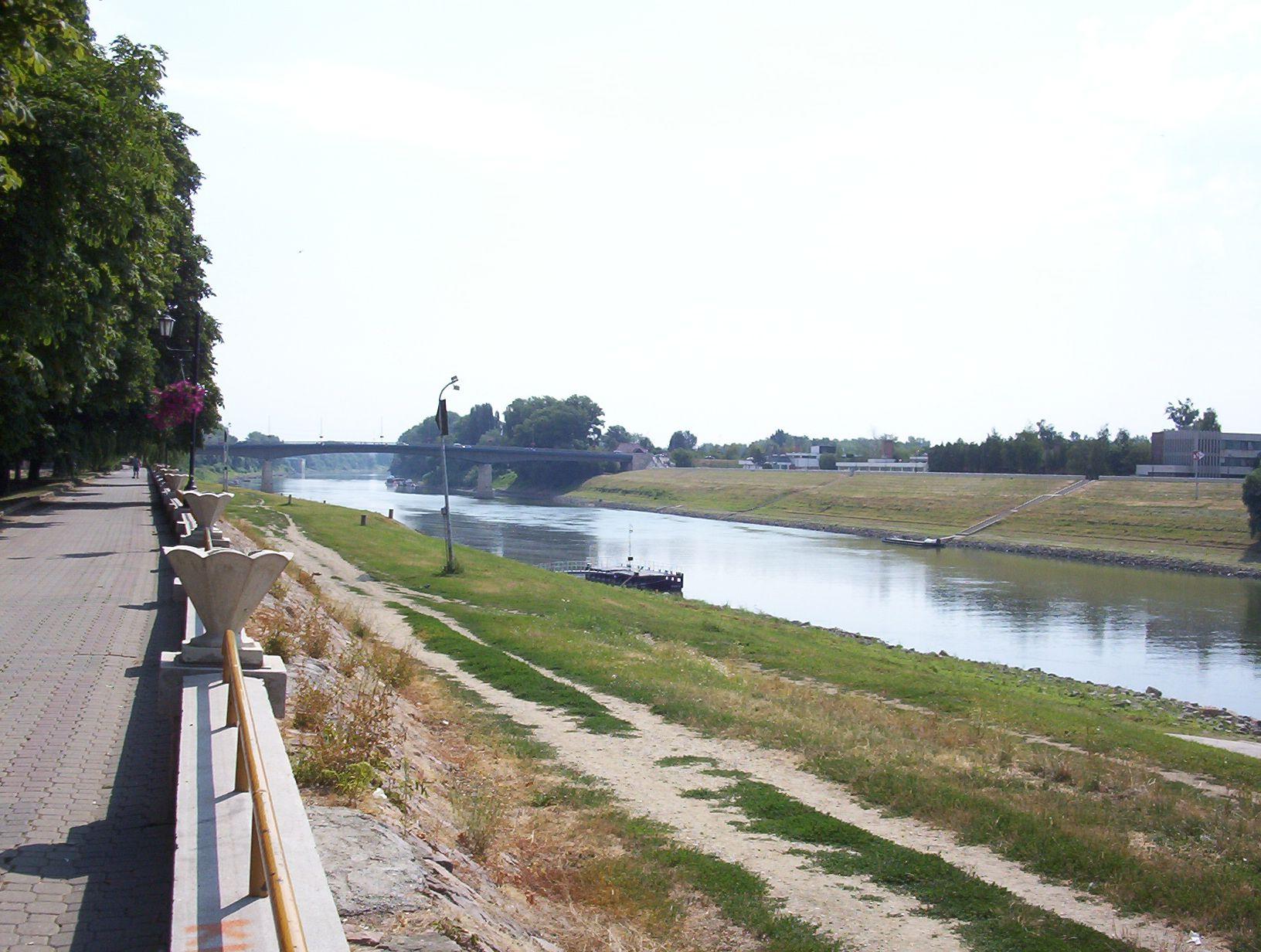 Fişier:Tisza at Szolnok.jpg