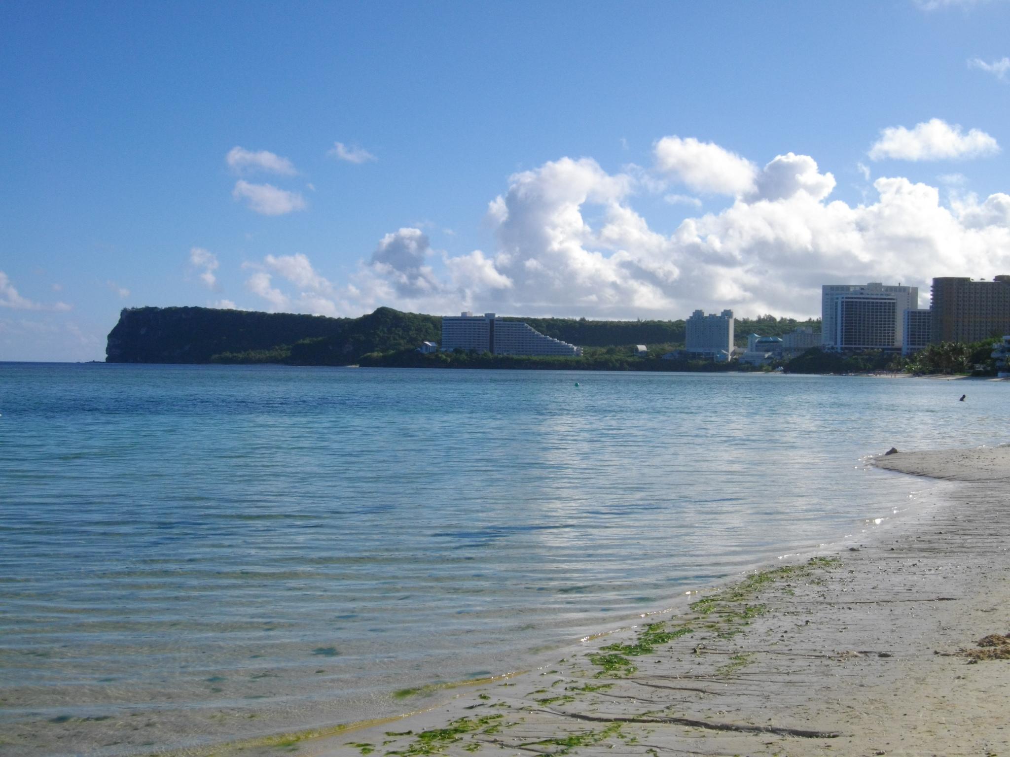 タモン湾越しに望む恋人岬