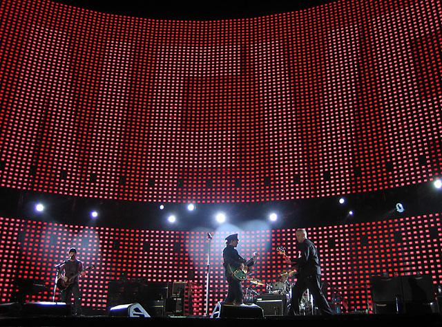 U2 brussels fly 2005-10-06.jpg
