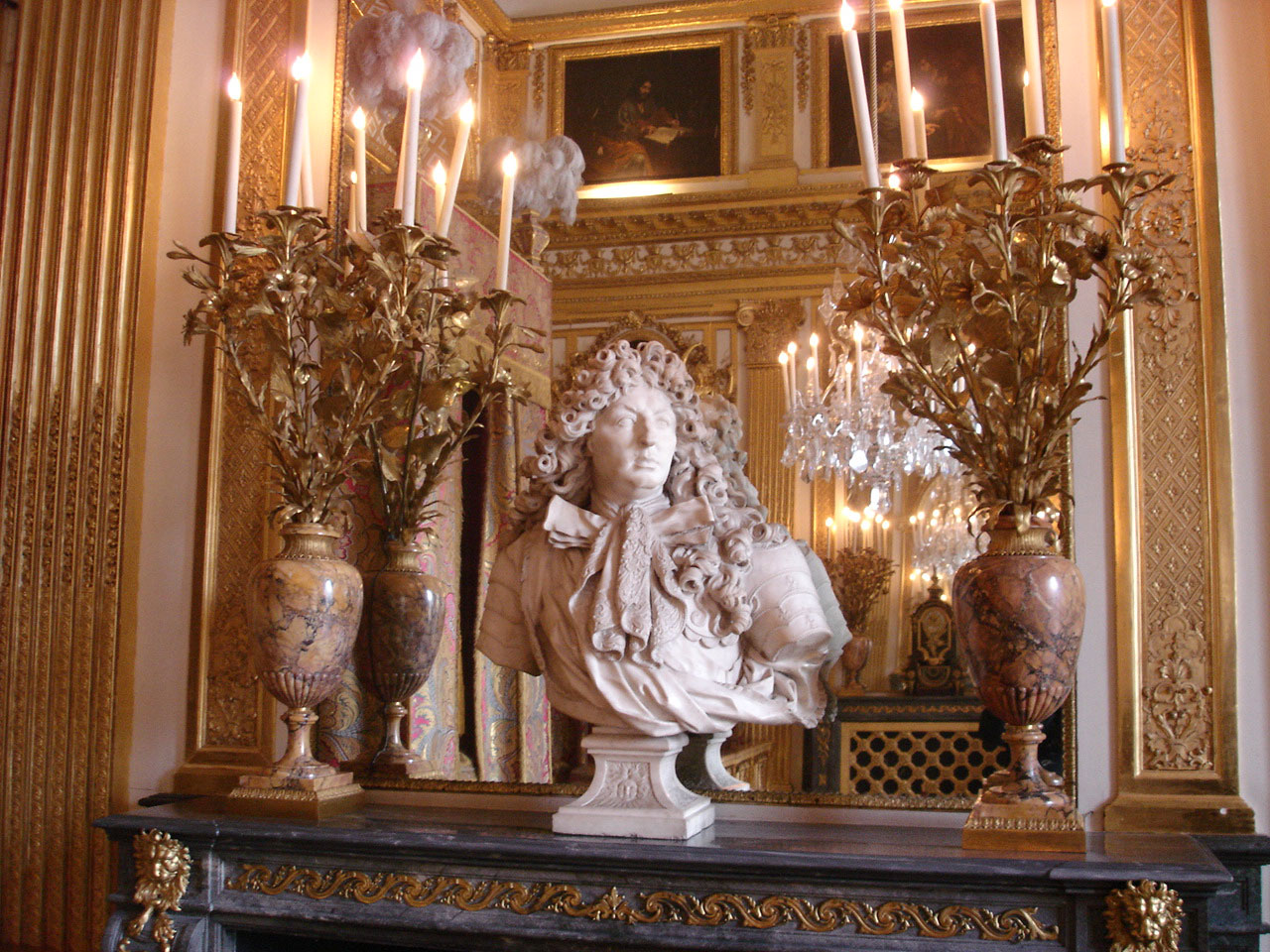 https://upload.wikimedia.org/wikipedia/commons/3/39/Versailles%2C_chambre_du_roi%2C_buste.jpg