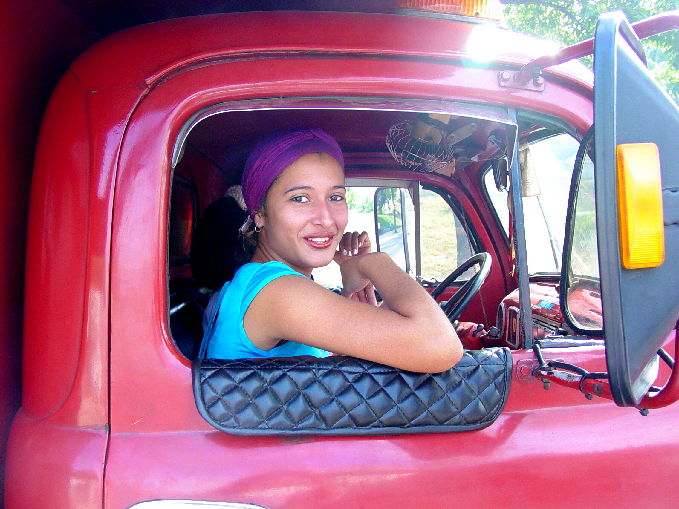 https://upload.wikimedia.org/wikipedia/commons/3/39/Woman_in_Truck_Window_-_Holguin_-_Cuba.jpg