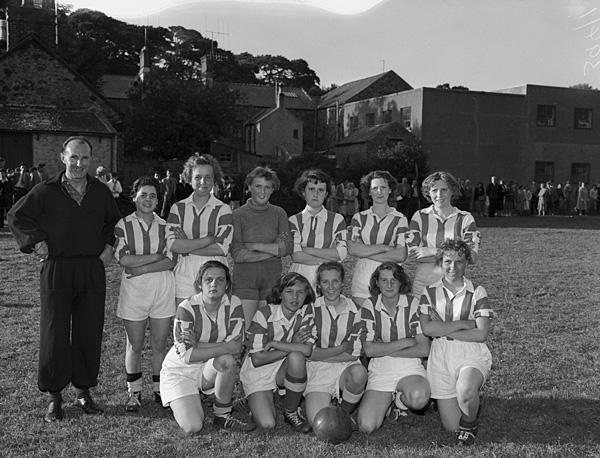 elshwomensfootballteamposeforaphotographin1959