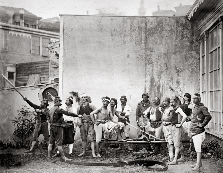 Bomberos voluntarios de Estambul, en 1870.