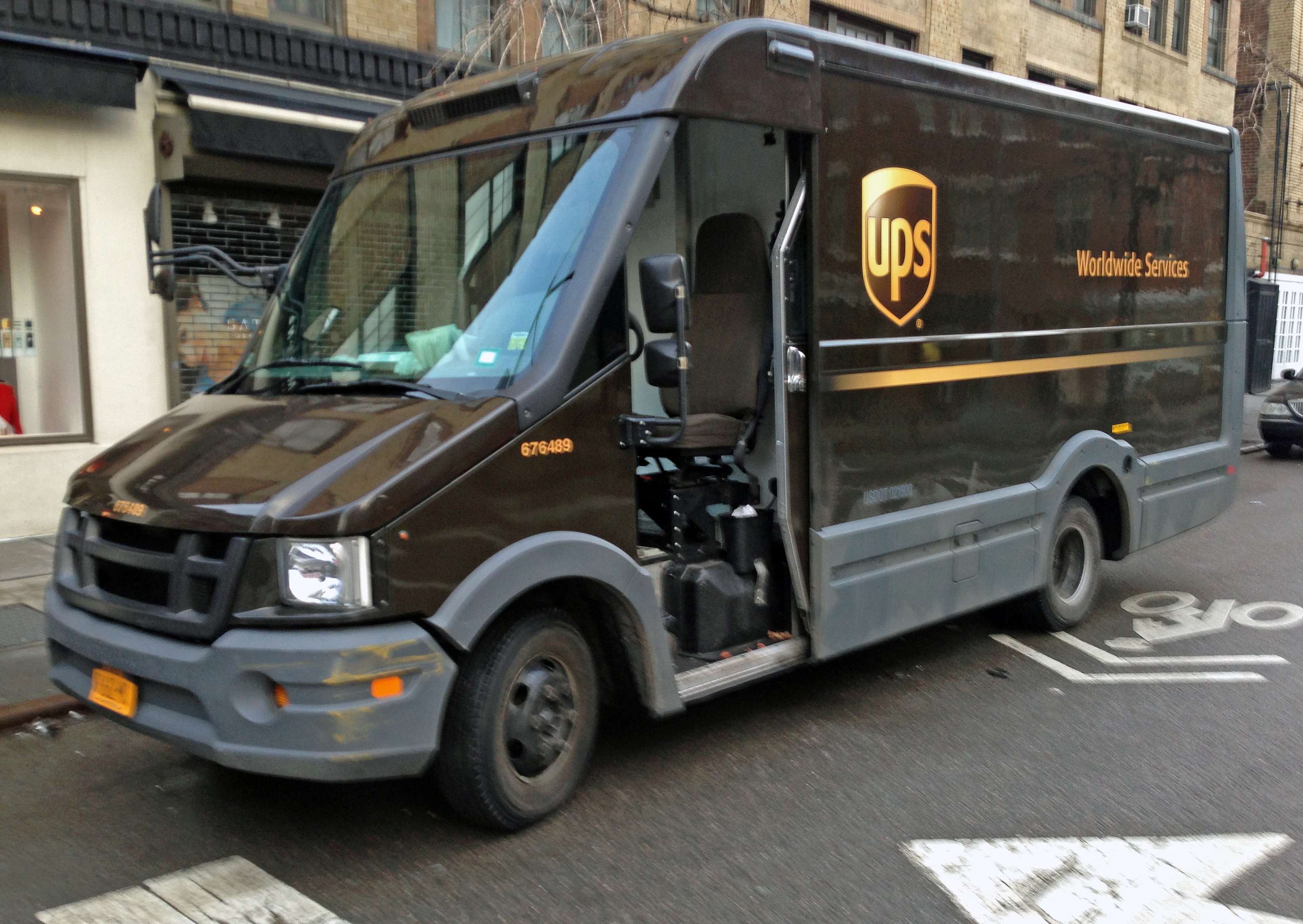 Ups Trucks For Sale >> File:2012 Isuzu Reach (UPS), NYC.jpg - Wikimedia Commons