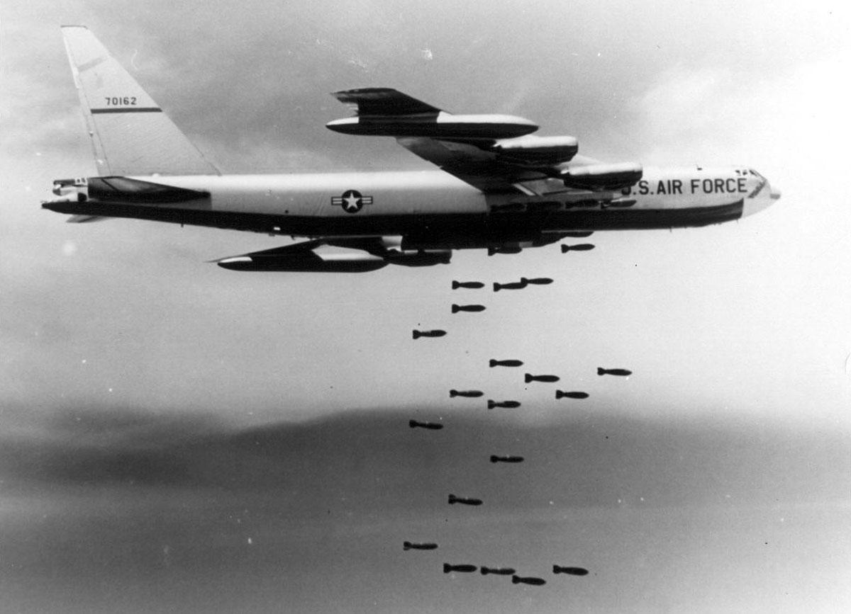 File:Boeing B-52F-70-BW (SN 57-0162) in flight dropping ...