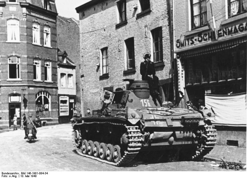 chars allemands Bundesarchiv_Bild_146-1981-084-34,_Maastricht,_Panzer_III_in_Marschpause