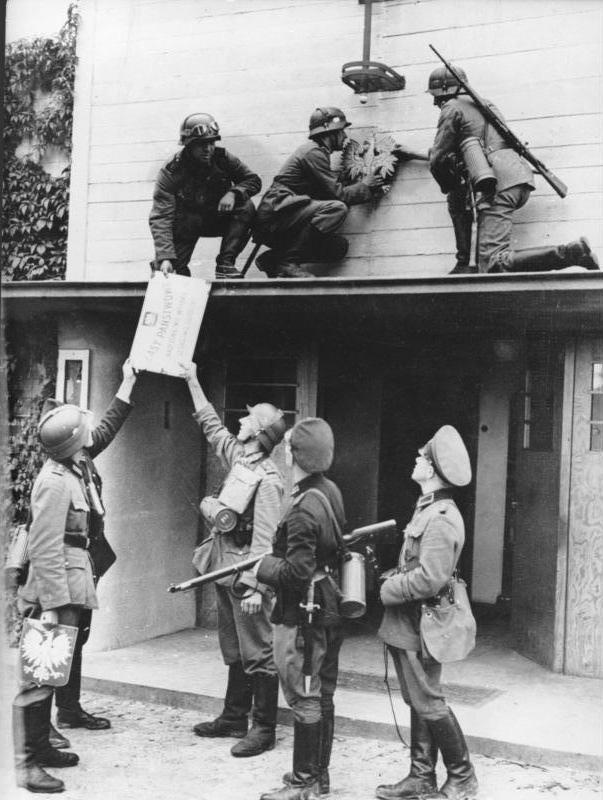 Após a invasão alemã à Polônia, os soldados alemães estão removendo as placas polonesas na antiga fronteira entre Sopot e Gdynia