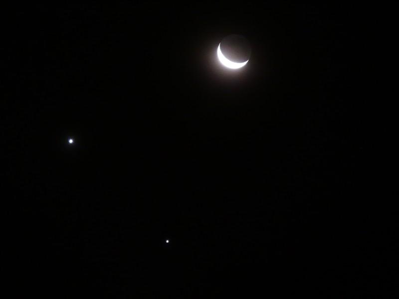 Соединение Юпитера (справа) и Венеры (слева) рядом с Луной