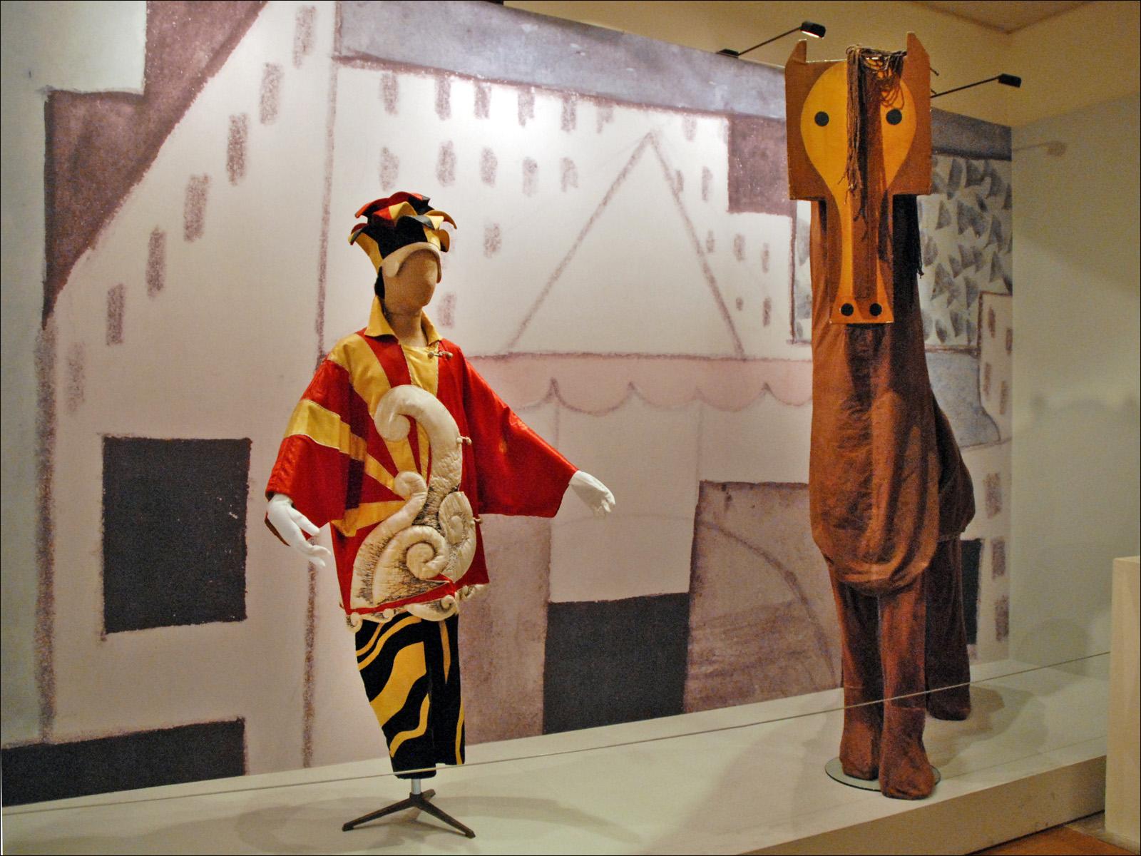 File:Costumes du ballet Parade (Les Ballets russes, Opéra